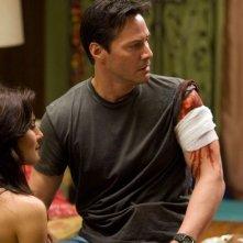 Martha Higareda e Keanu Reeves in una scena del film La notte non aspetta