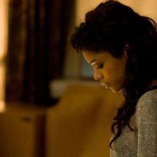 la bella Naomie Harris in una scena del film La notte non aspetta