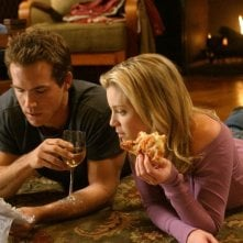 Ryan Reynolds e Amy Smart in una scena della commedia Just Friends