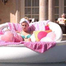 Relax in piscina per Chelsea Staub in una scena di Bratz: The Movie