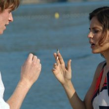 Eddie Redmayne e Elena Anaya in una scena del film Savage Grace