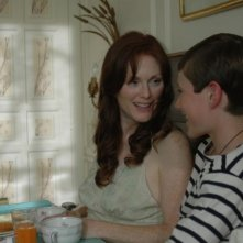 Julianne Moore e Barney Clark in una scena del film Savage Grace
