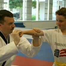 Danny R. McBride e un suo piccolo allievo in una scena del film The Foot Fist Way