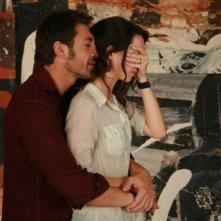 Javier Bardem e Rebecca Hall in una scena del film Mezzanotte a Barcellona