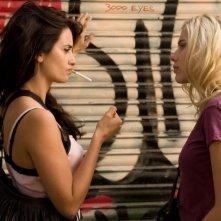 Penelope Cruz e Scarlett Johansson in una scena del film Vicky Cristina Barcelona