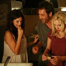 Penelope Cruz, Javier Bardem e Scarlett Johansson in una scena del film Vicky Cristina Barcelona
