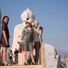 Rebecca Hall, Patricia Clarkson e Scarlett Johansson in una scena del film Mezzanotte a Barcellona