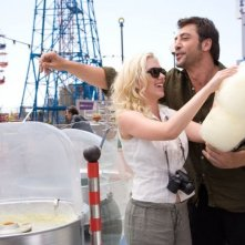Scarlett Johansson e Javier Bardem in una scena del film Vicky Cristina Barcelona