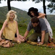 Scarlett Johansson, Penelope Cruz e Javier Bardem in una scena del film Vicky Cristina Barcelona