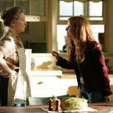 Frances Conroy e Lauren Ambrose discutono in una scena di Six Feet Under