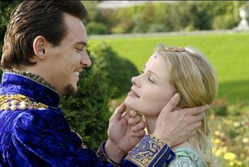 Jonathan Rhys Meyers e Anita Briem in una scena di The Tudors