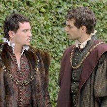 Jonathan Rhys Meyers ed Henry Cavill in una scena di The Tudors