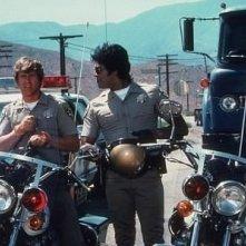 Larry Wilcox ed Erik Estrada in una scena di CHiPs