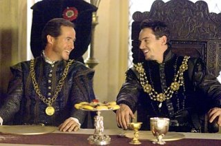 Philippe De Grossouvre e Jonathan Rhys Meyers in una scena di The Tudors