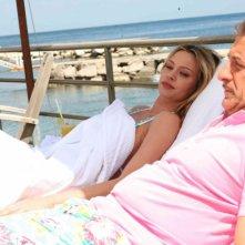 Anna Falchi ed Ezio Greggio in una scena del film Un'estate al mare
