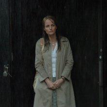Helen Hunt sotto la pioggia in una scena del film Quando tutto cambia