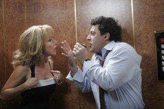 Nancy Brilli ed Enrico Brignano in una sequenza del film Un'estate al mare