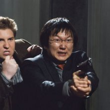 Nate Torrence e Masi Oka in una scena di Agente Smart - Casino Totale
