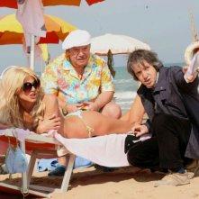 Victoria Silvstedt, Lino Banfi e il regista Carlo Vanzina sul set del film Un'estate al mare