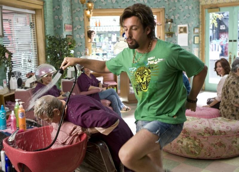 Adam Sandler nei panni di un parrucchiere in una scena del film Zohan