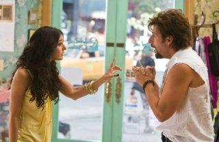 Emmanuelle Chriqui e Adam Sandler in una scena della commedia Zohan