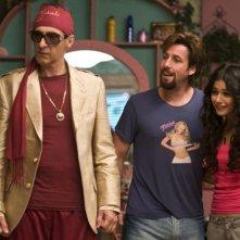 John Turturro, Adam Sandler ed Emmanuelle Chriqui in una scena di Zohan