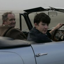 Jim Broadbent e Matthew Beard in una scena del film And When Did You Last See Your Father?