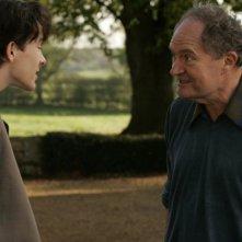 Matthew Beard e Jim Broadbent in una scena del film And When Did You Last See Your Father?