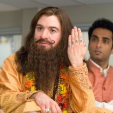Mike Myers con Manu Narayan in una scena di The Love Guru