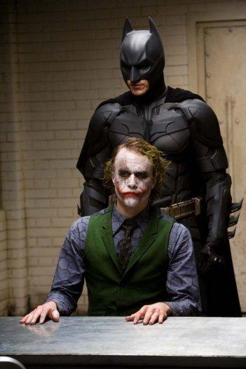 Christian Bale nei panni di Batman e Heath Ledger in quelli di Joker in una scena del film The Dark Knight (2008)