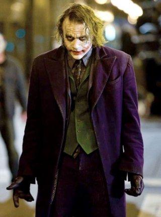 Heath Ledger nei panni di Joker in una scena del film The Dark Knight di Cristopher Nolan
