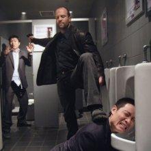 Jason Statham in una sequenza d'azione del film Rogue - Il solitario
