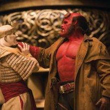 Luke Goss nei panni del principe Nuada e Ron Perlman in quelli di Hellboy in una scena di Hellboy 2