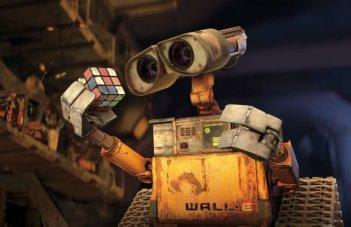 Wall*E alle prese con il cubo di Rubik in un'immagine tratta dal film Wall-E