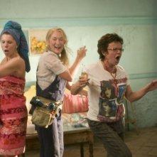 Le scatenate Christine Baranski, Meryl Streep e Julie Walters in una scena del musical Mamma Mia!