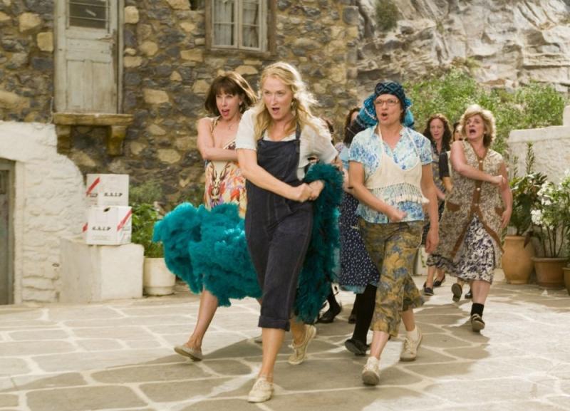 Christine Baranski, Meryl Streep e Julie Walters in una scena del musical Mamma Mia! ispirato alle canzoni degli ABBA
