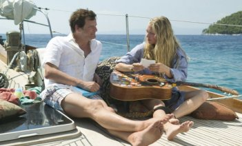 Colin Firth e Amanda Seyfried in una scena del musical Mamma Mia!