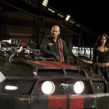 Jason Statham e Natalie Martinez in una scena del film Death Race