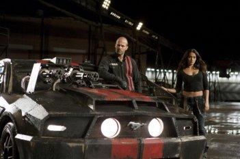 Jason Statham e Natalie Martinez in una scena del film Death Race