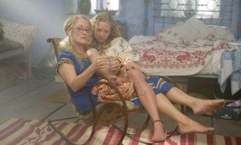 Meryl Streep con Amanda Seyfried in una scena del musical Mamma Mia!