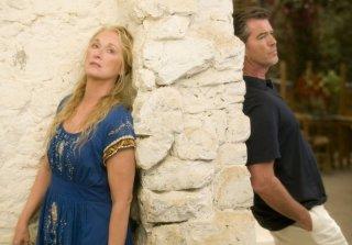 Meryl Streep e Pierce Brosnan in una scena del musical Mamma Mia!