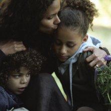 Micah Berry, Halle Berry e Alexis Llewellyn in una scena del film Noi due sconosciuti
