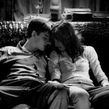 Sam Riley e Alexandra Maria Lara in una scena del film Control