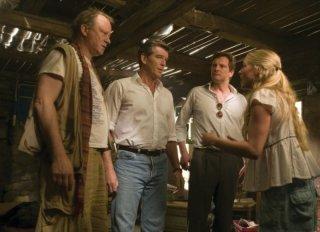 Stellan Skarsgård, Pierce Brosnan, Colin Firth e Amanda Seyfried in una scena del musical Mamma Mia!