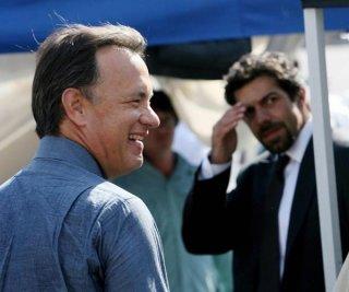 Tom Hanks e, sullo sfondo, Pierfrancesco Favino sul set romano di Angeli e demoni