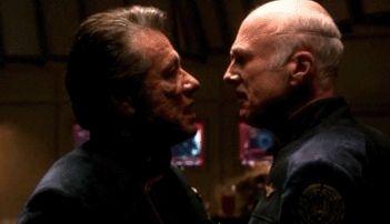 Edward James Olmos e Michale Hogan nell'episodio 'Sine Qua Non' della quarta stagione di Battlestar Galactica