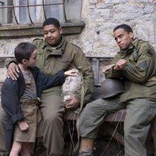 Matteo Sciabordi, Omar Benson Miller e Michael Ealy in una scena del film Miracle at St. Anna