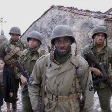 Matteo Sciabordi, Omar Benson Miller, Michael Ealy, Derek Luke e Laz Alonso in una scena del film Miracle at St. Anna