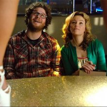Seth Rogen ed Elizabeth Banks in una scena del film Zack and Miri Make a Porno