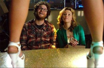 Seth Rogen ed Elizabeth Banks in una scena del film Zack and Miri Make a Porno